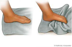 Puxar a toalha com os dedos e depois empurrar.