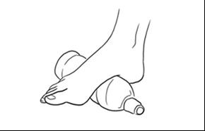 Massagem no pé com garrafa de água congelada